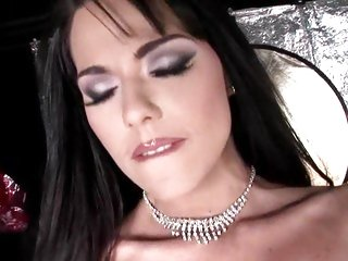 Amazing Simony Diamond shows off her jaw-dropping body