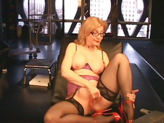 Sassy bitch Nina Hartley fingers her wet shlong pit